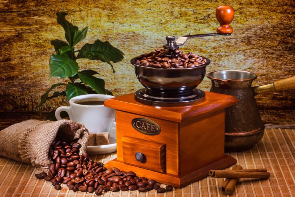 Kaffeebohnen in einer manuellen Kaffeemuehle