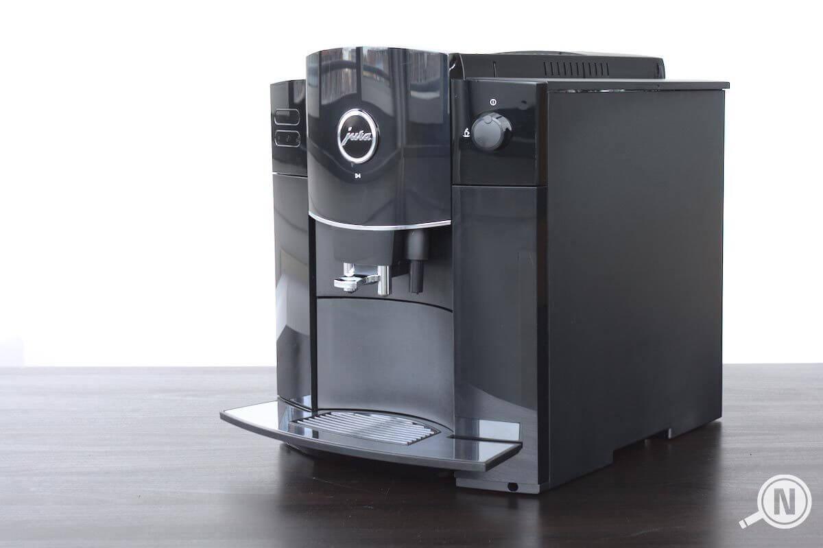 Schwarzer Kaffeevollautomat von rechts vorne