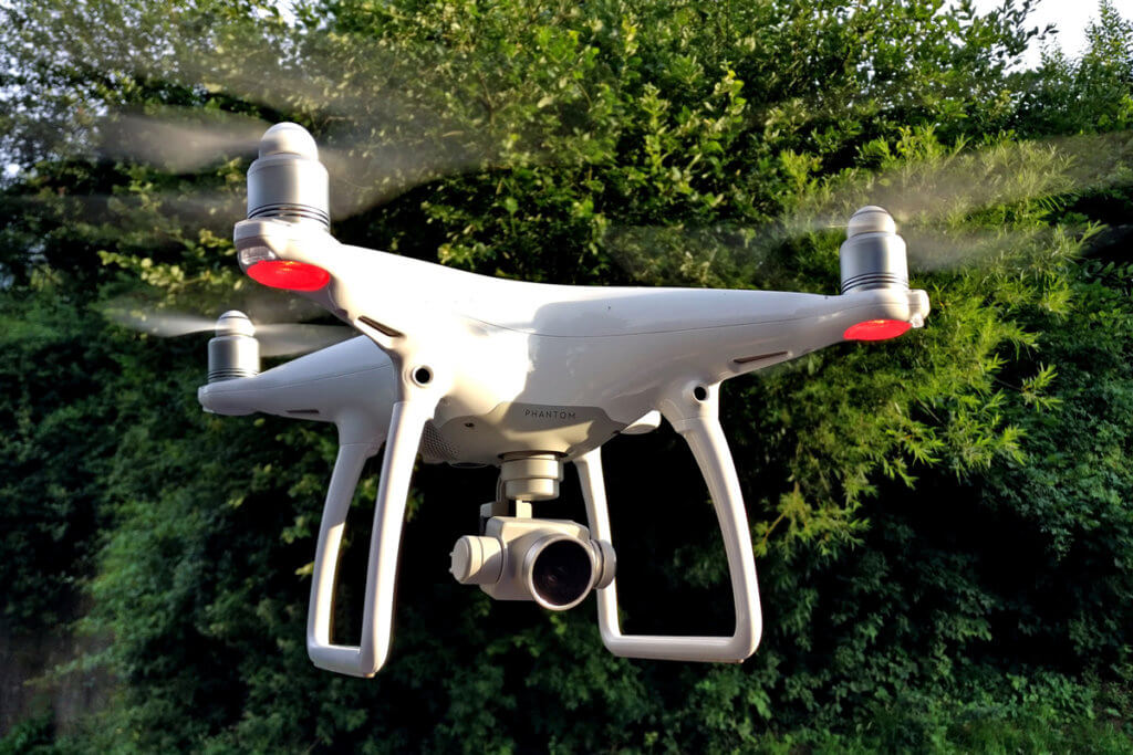 Kameradrohne in der Luft im Park