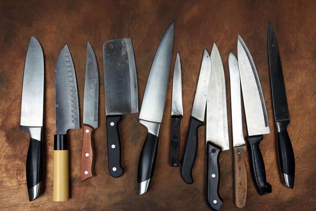Messerreihe auf hoelzerner Arbeitsplatte