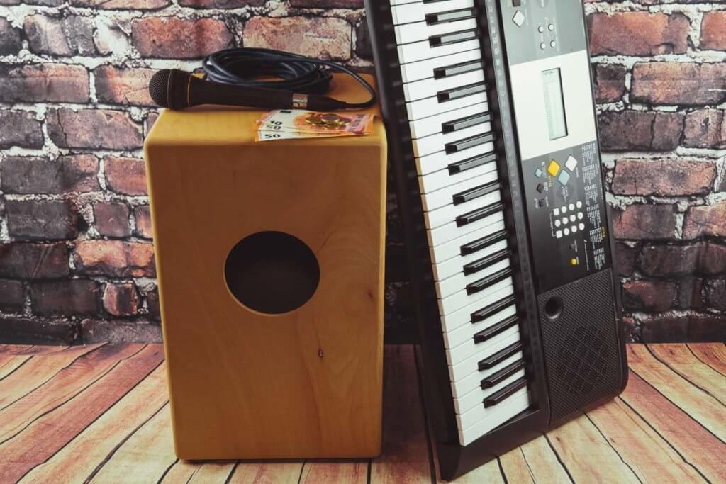 keyboard, cajon, mikrofon