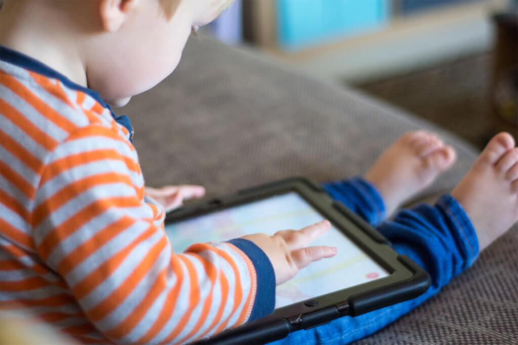 Kind spielt auf Tablet