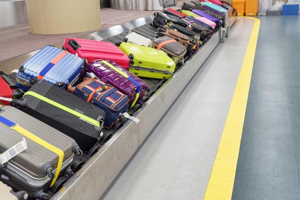 dutzende koffer auf laufband