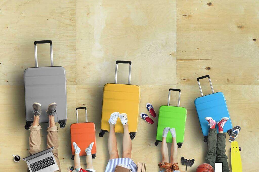 famlienmitglieder legen fuesse auf ihre koffer
