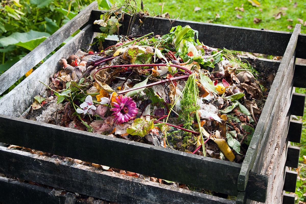 Ein befuellter Komposter im Garten