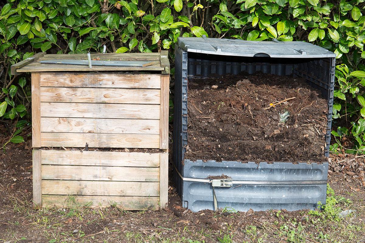 Komposter aus Holz und Plastik stehen nebeneinander
