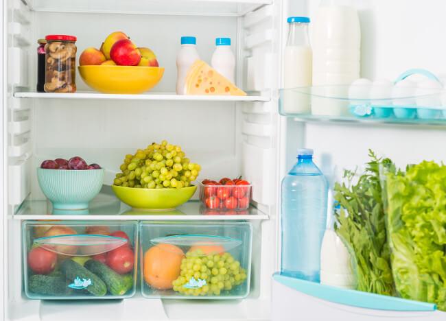 mit Lebensmittel gefüllter Kühlschrank