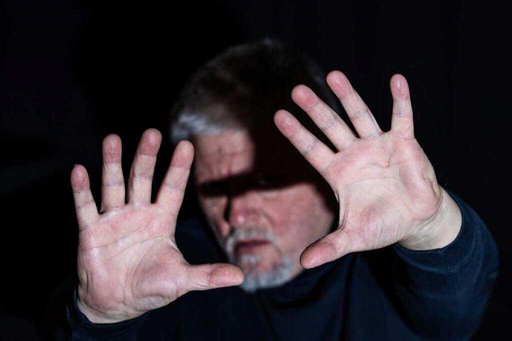 Licht aus Taschenlampe blendet Mann
