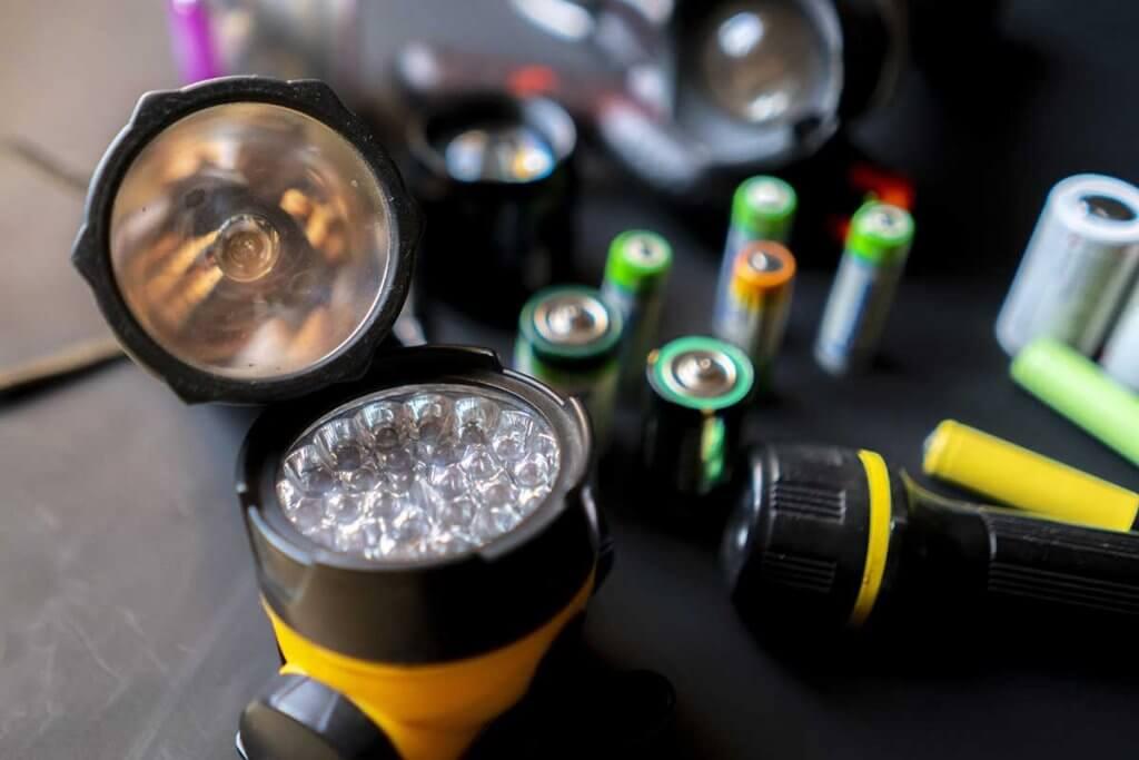 LED-Taschenlampen und Akkus auf einem Tisch
