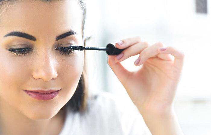 Frau benutzt Mascara