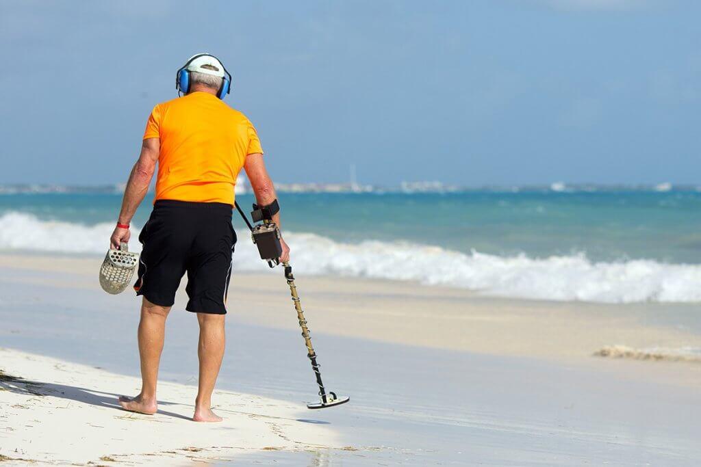 Mann sucht am Strand