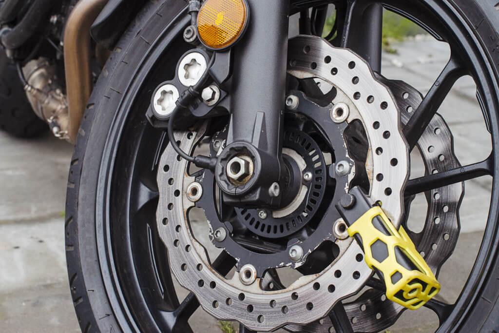 Motorrad mit Bremsscheibenschloss gesichert