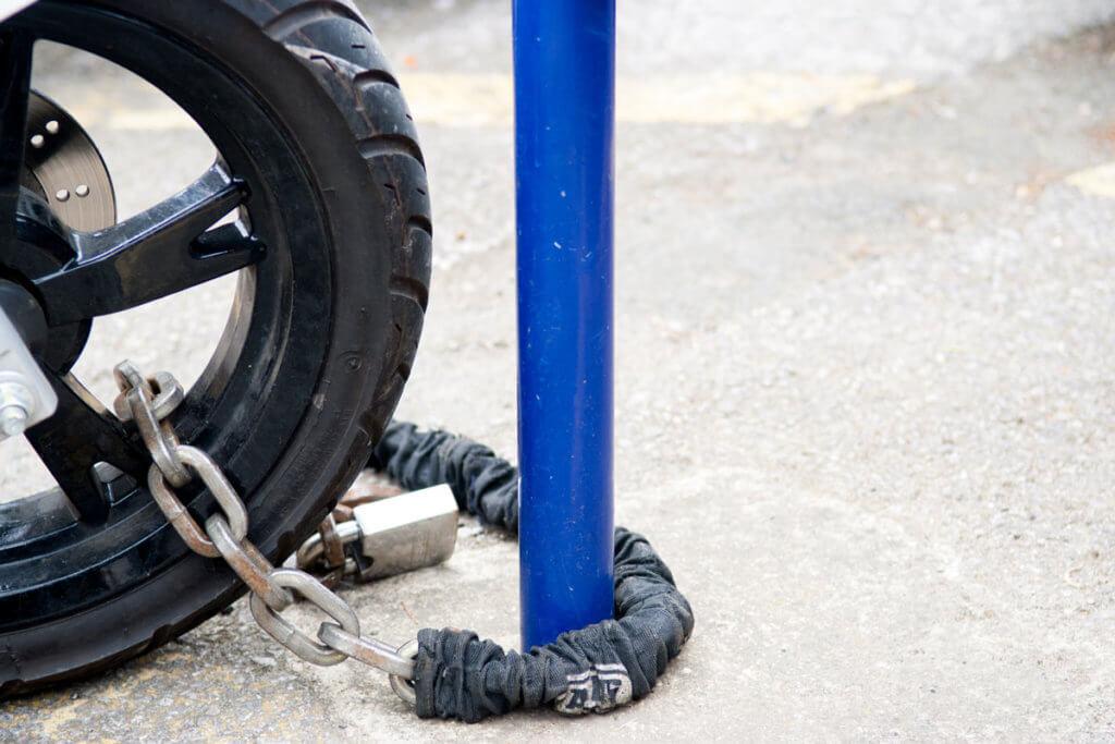 Motorrad mit Kettenschloss gesichert