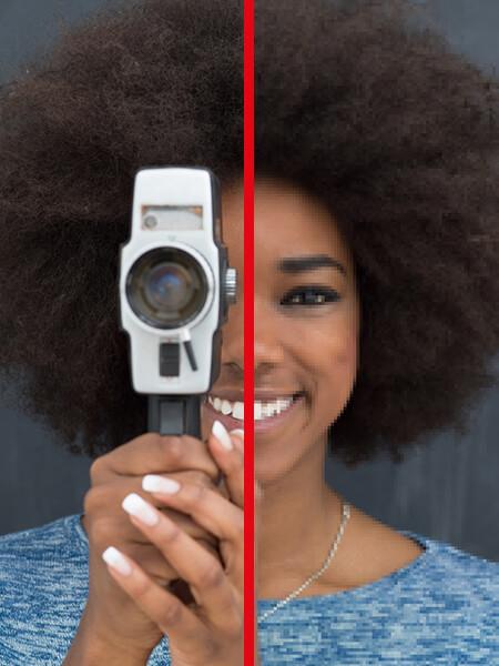 Frau schaut mit Kamera aus Bild