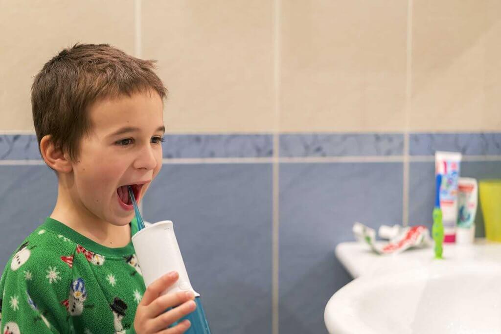 Kind beutzt Munddusche