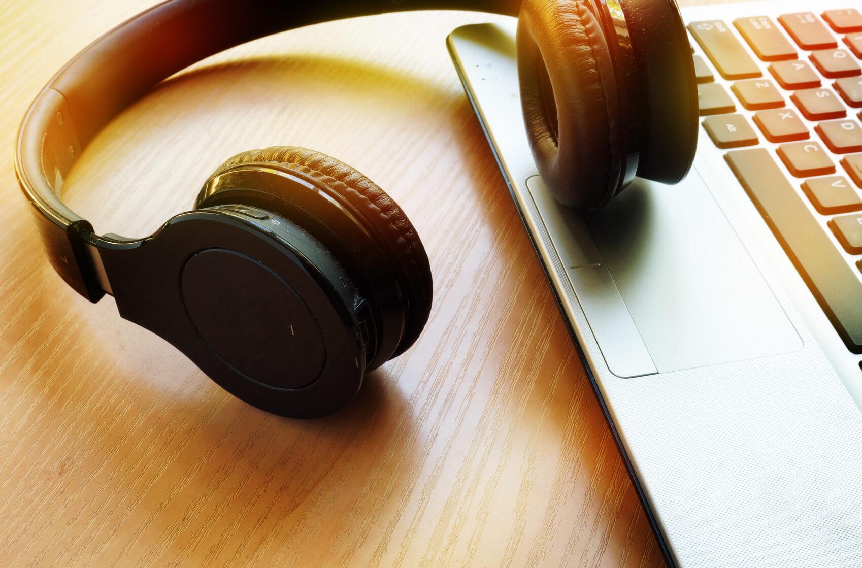 Kopfhörer auf Laptop