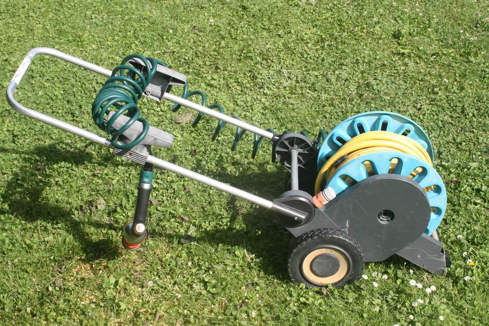 Gartenschlauchwagen auf Rasen