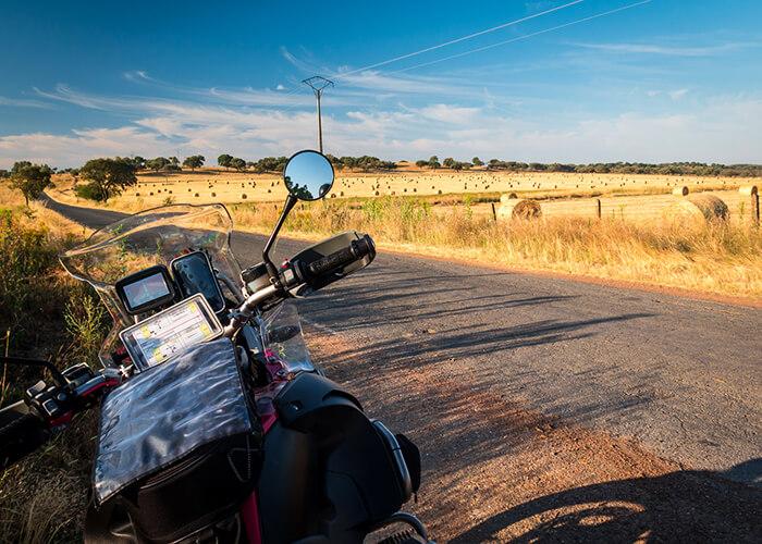 Motorrad auf abgegelegener Straße