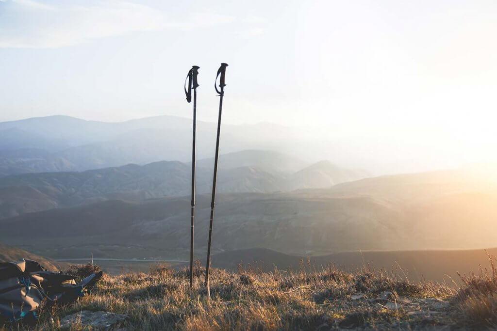 Nordic-Walking-Stoecke auf Berg in der Natur