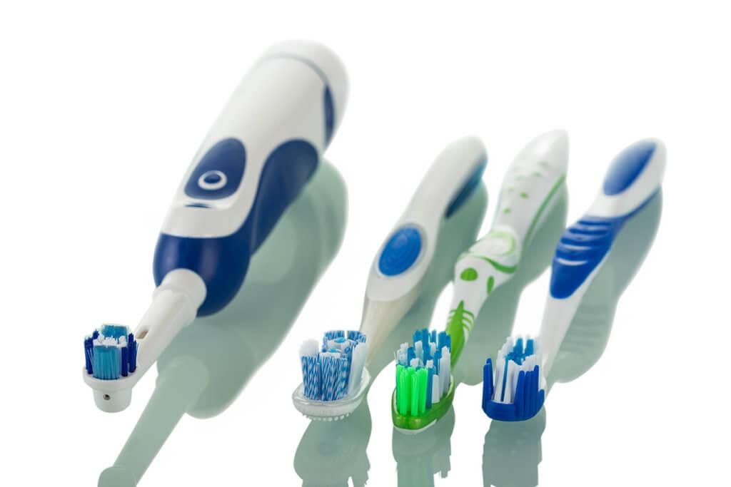 elektrische Zahnbuersten auf Spiegel