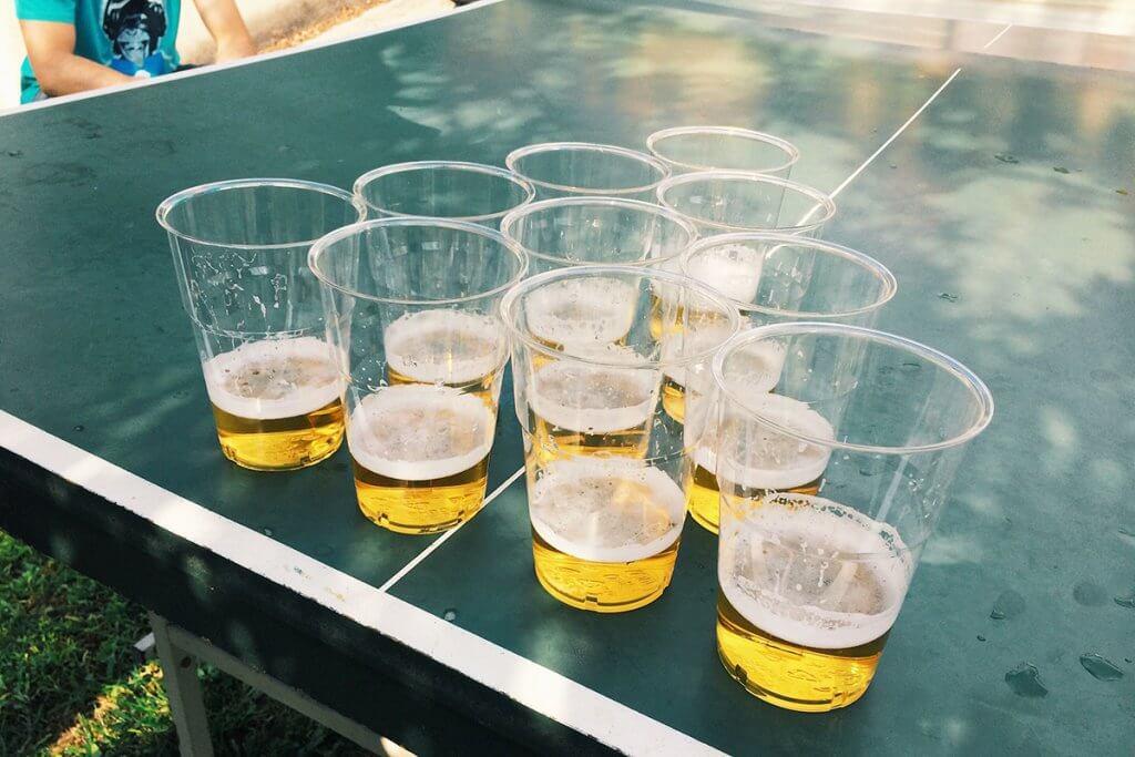 Beer-Pong-Tisch mit Bier draussen aufgestellt