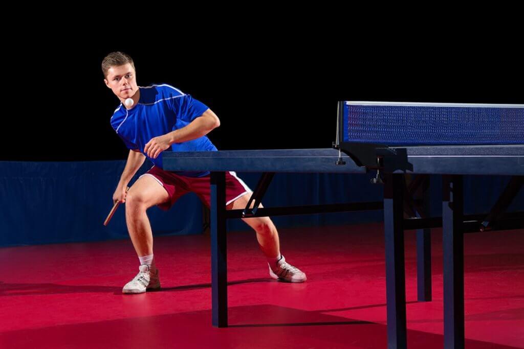 Profi verteidigt Ball beim Tischtennis