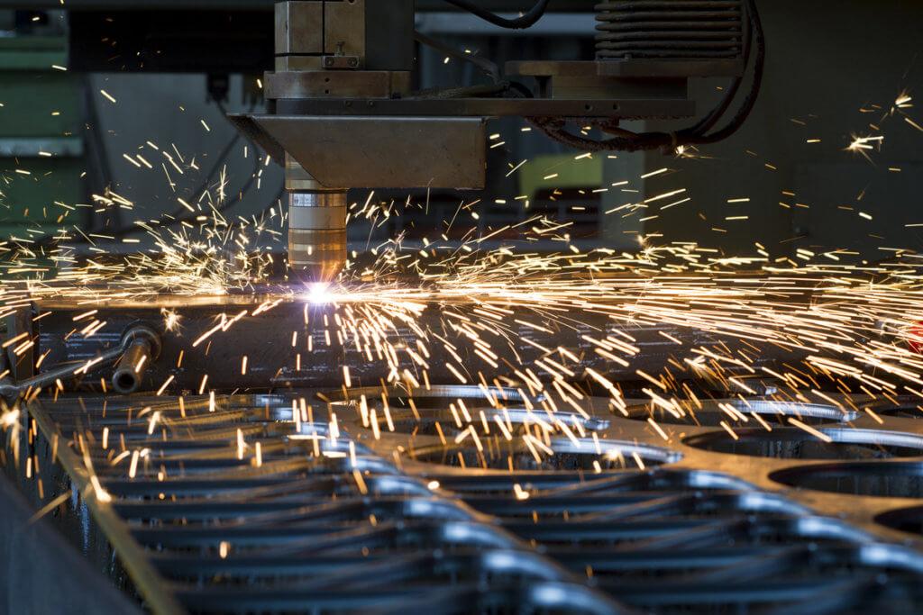 industrieller Plasmaschneider im Einsatz