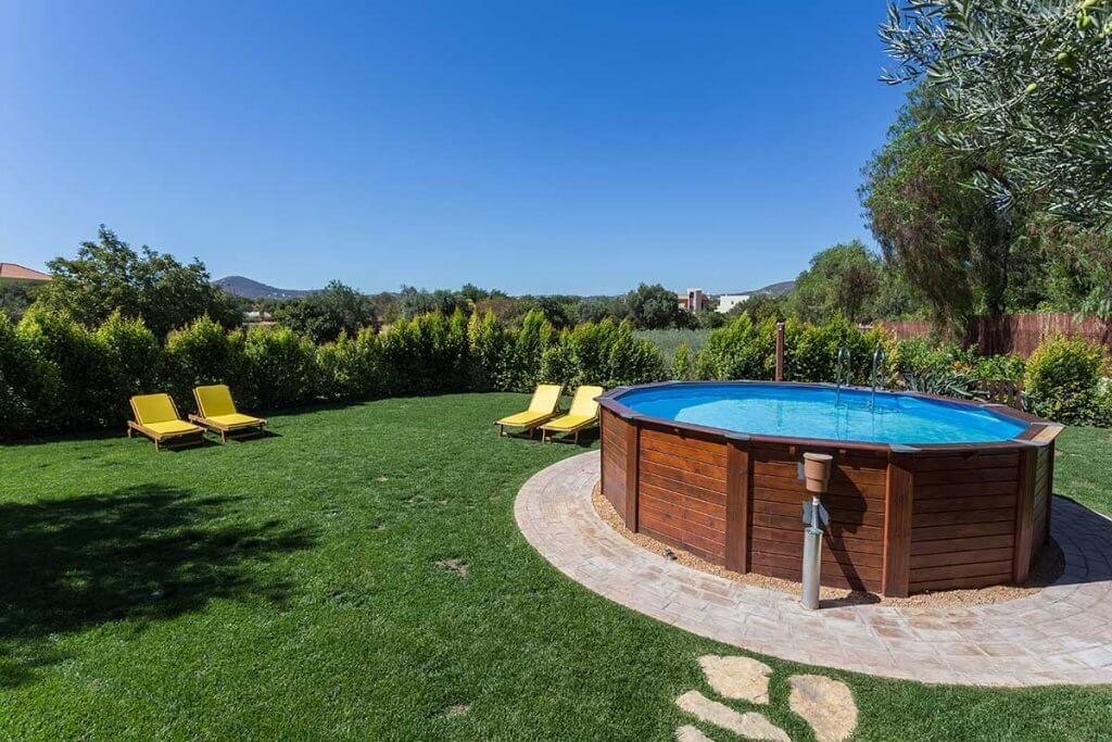 Pool mit davor sichtbarer Pool-Pumpe im Garten