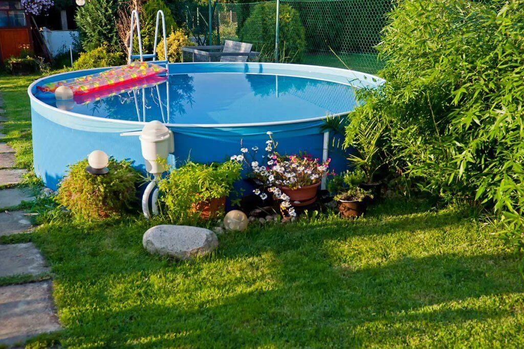 Pool mit Pool-Pumpe im Garten