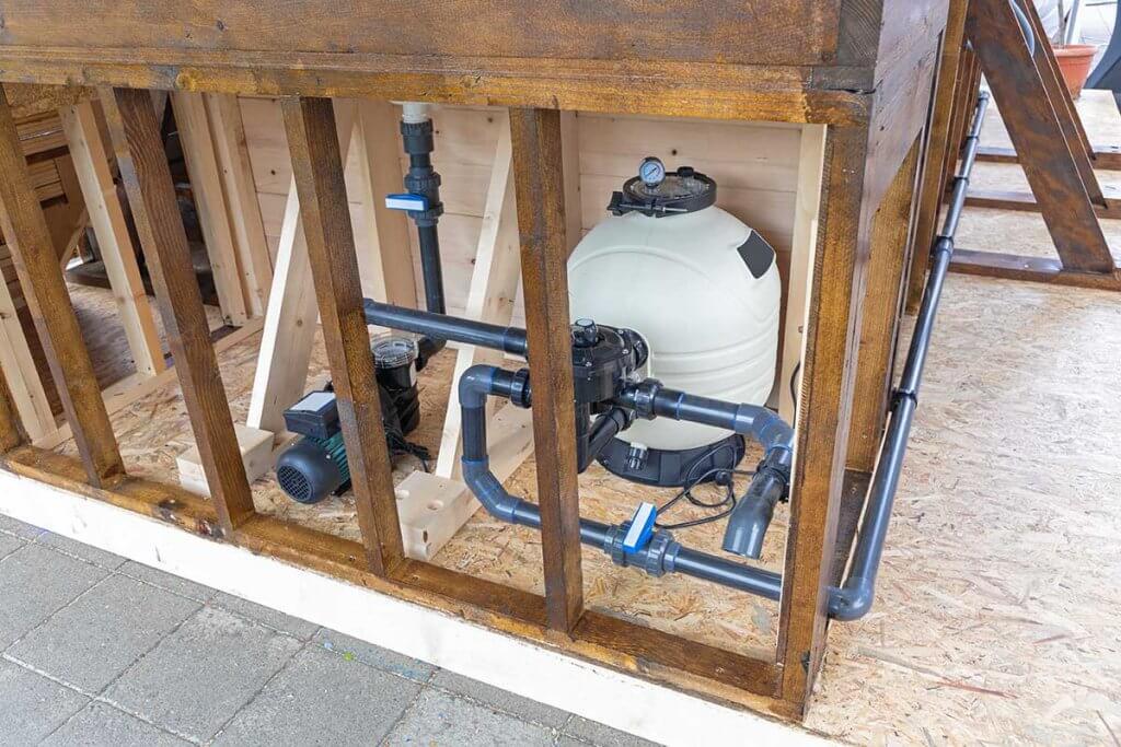 Pool-Pumpe: Sichtbare Rohranschlüsse