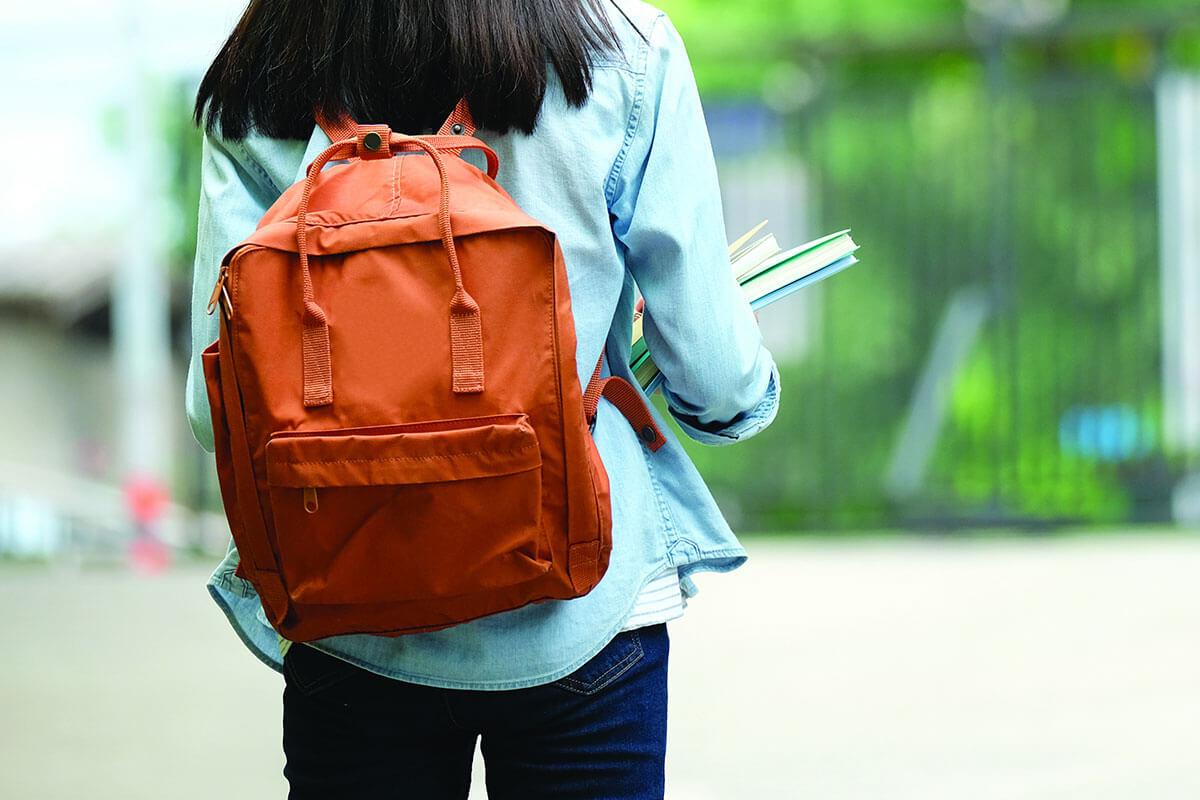 Eine Studentin mit einem Rucksack