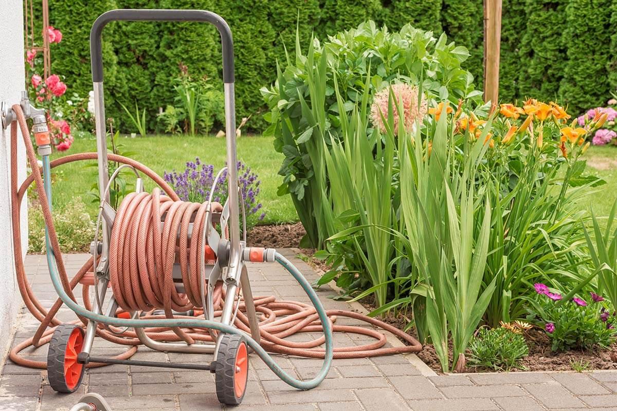 Ein Schlauchwagen im Garten