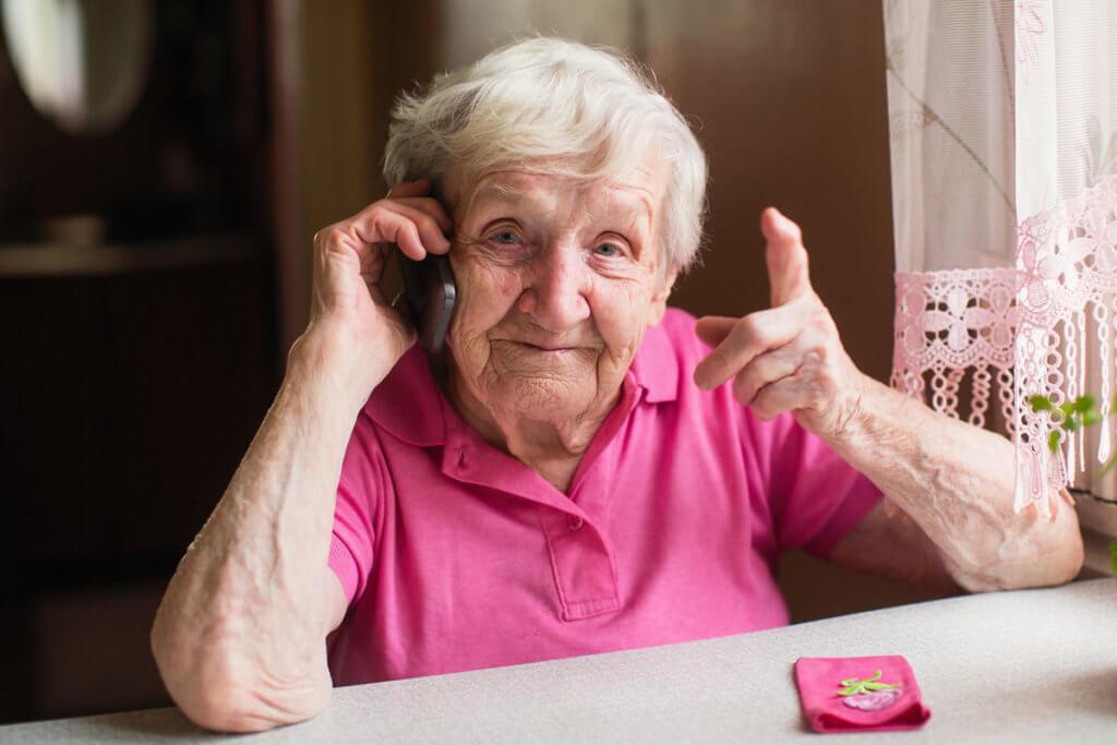 Ältere Dame mit Seniorenhandy