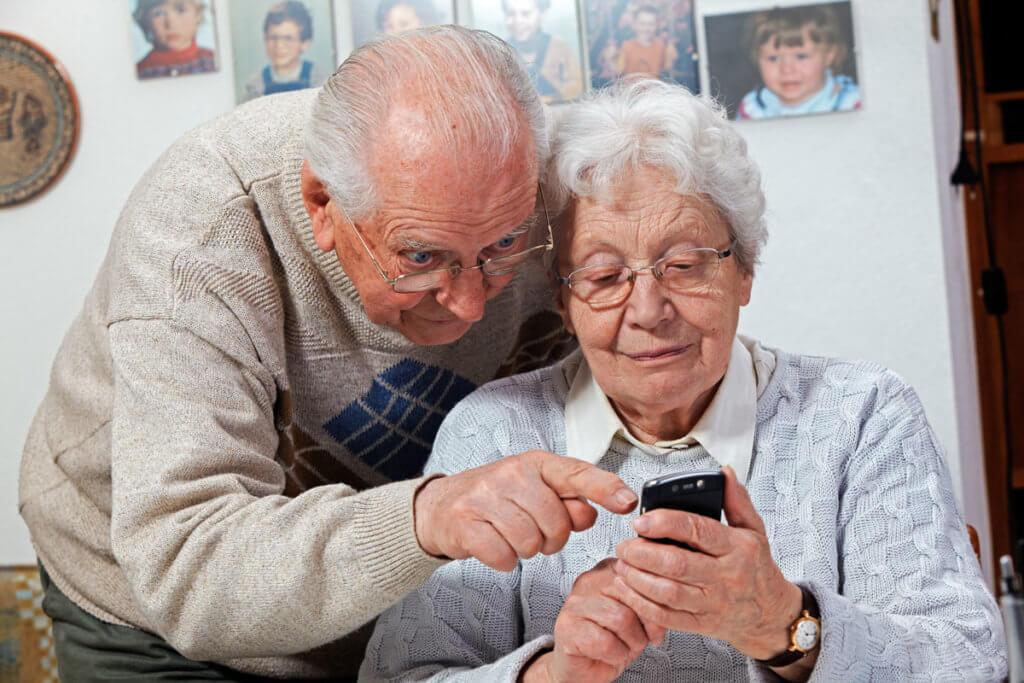 Ehepaar mit Seniorenhandy