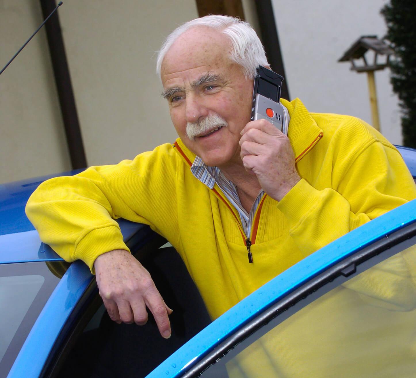 älterer Herr telefoniert