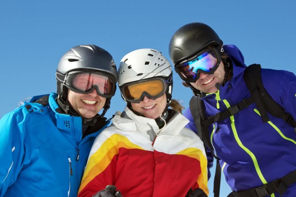 skihelm-kleine_gruppe_von_skifahrer_innen