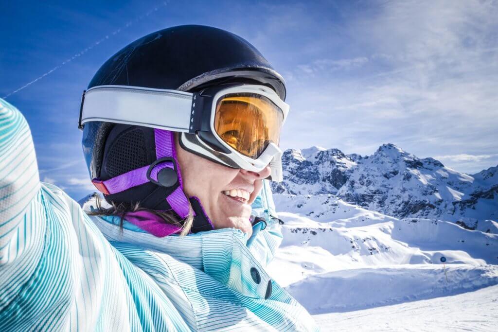 skihelm-lachende_person_beim_skifahren