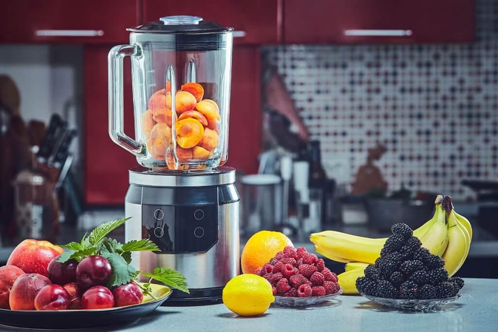 Mixer mit vielen Fruechten in Kueche