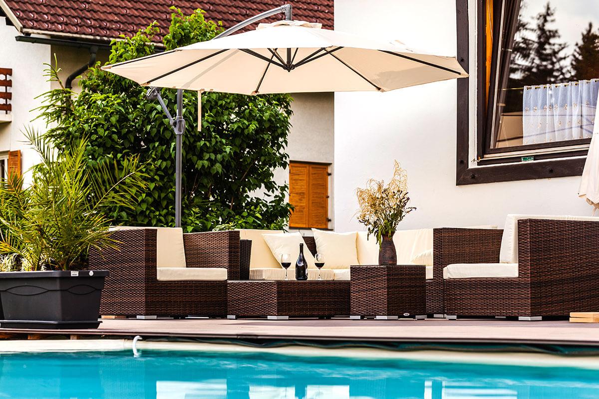 grosser Pool mit Lounge und Sonnenschirm