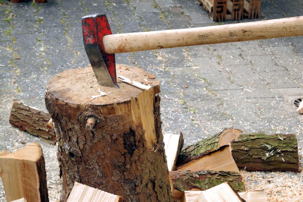 Axt in Baumstumpf
