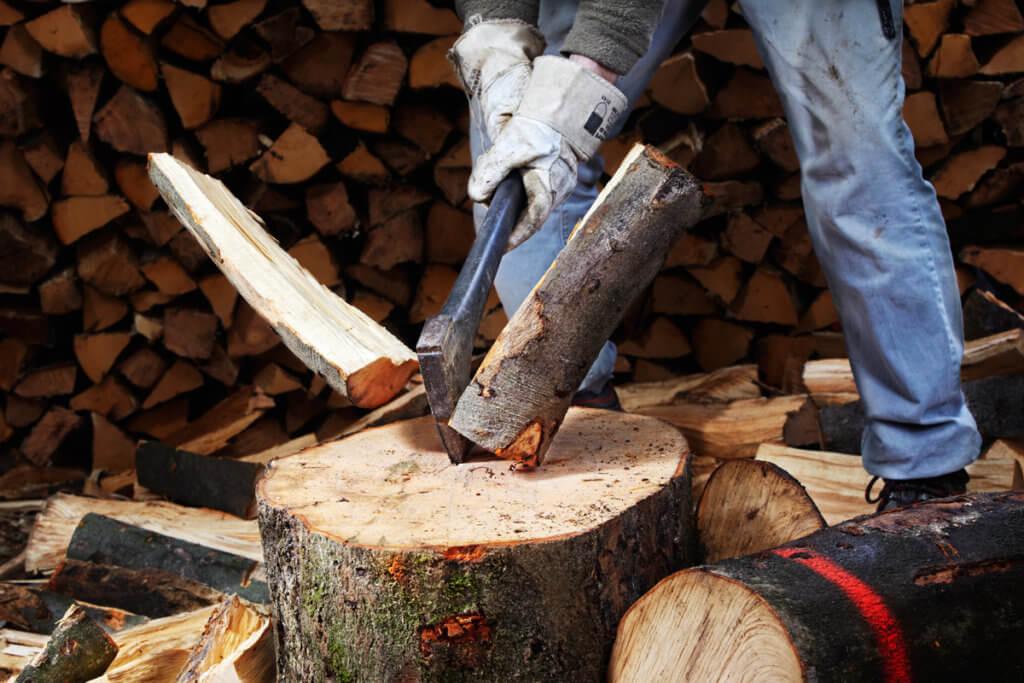 Axt spaltet Holz