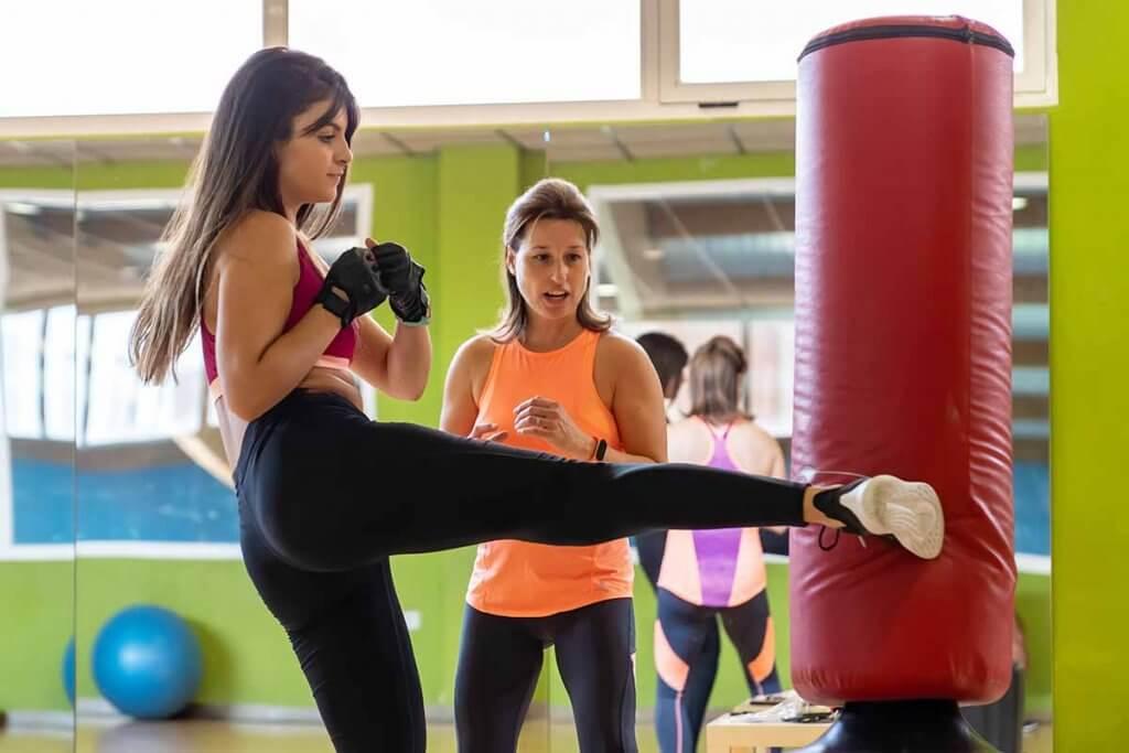 standboxsack-boxtrainerin_hilft_boxerin_beim_training