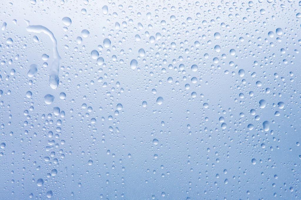 Wassertropfen auf Glasscheibe