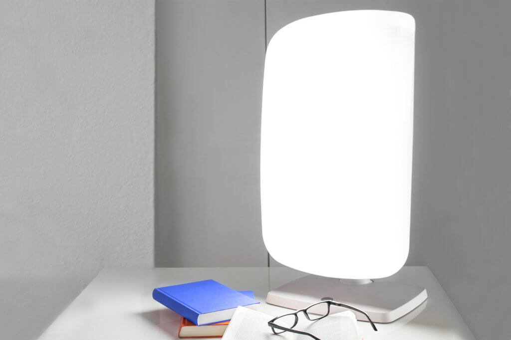 Tageslichtlampe steht auf Schreibtisch