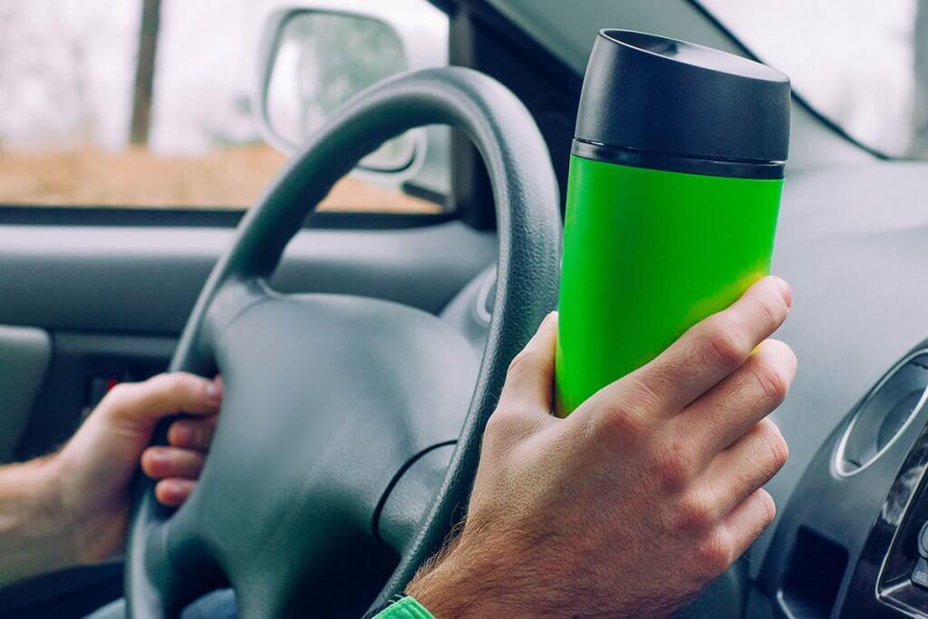 Thermobecher beim Fahren