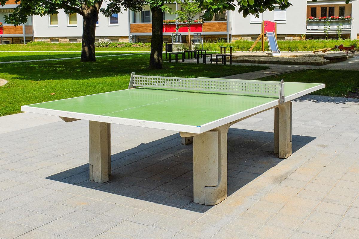 Eine typische Tischtennisplatte auf einem Spielplatz
