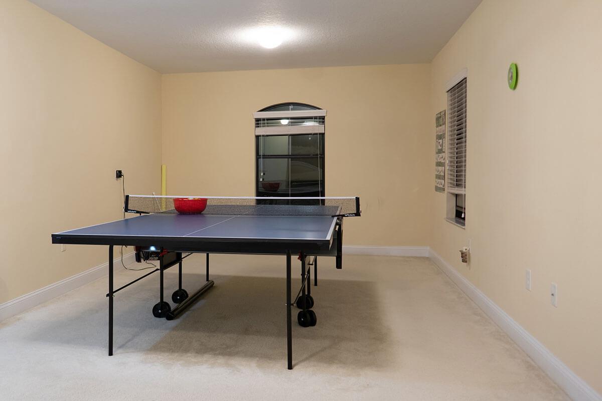 Eine Tischtennisplatte in einer Wohnung