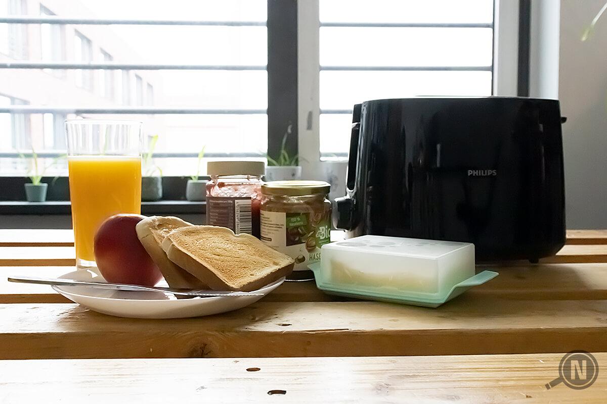 Fruehstueck mit Toaster auf Holzplatte