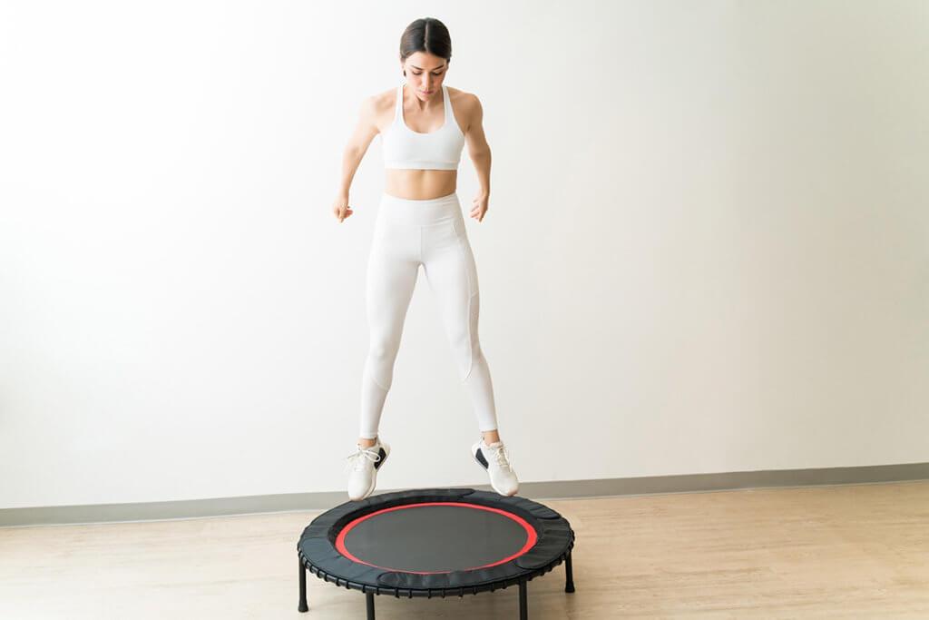 Frau springt auf Trampolin