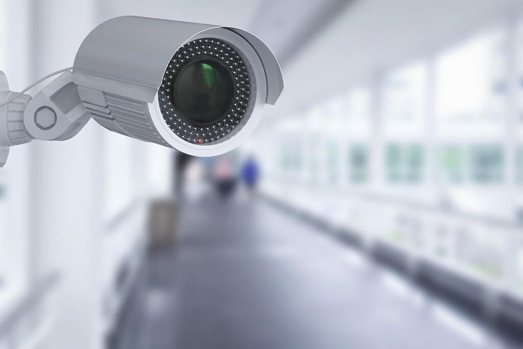 Eine Ueberwachungskamera in einem Gang
